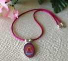 collar-bisuteria-virgen-please-fuscia-llenadegracia
